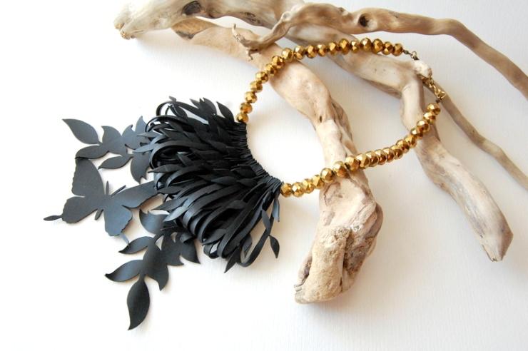 Collana con farfalla e foglie oro in camera d'aria riciclata di Camilla Pietropaoli